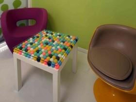Журнальный столик отделанный мячиками для пинг понга