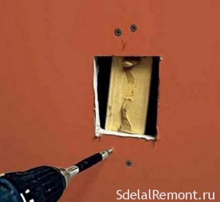 Забивання дірки в стіні з гіпсокартону