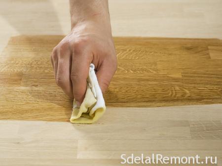 Покрытие воском столешницы стола