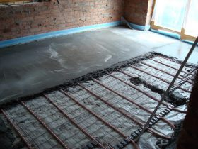 Installation of floor heating with screed