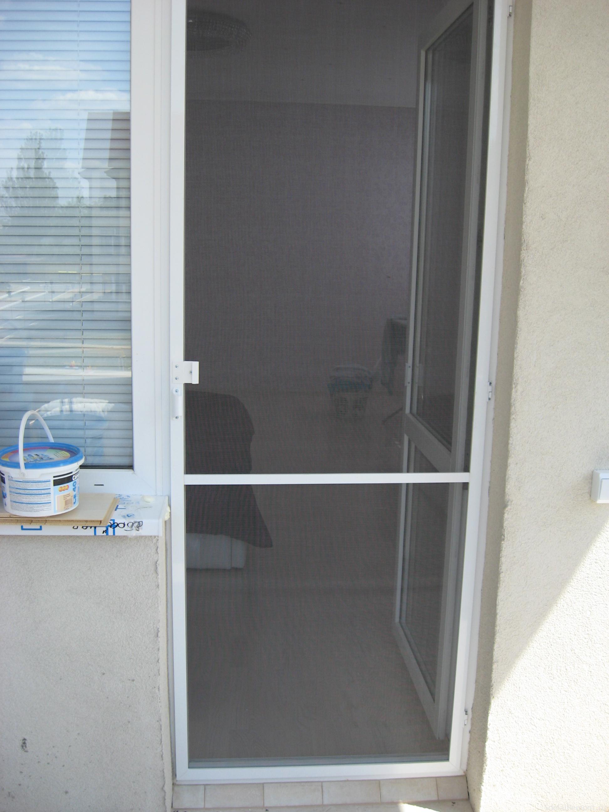 Как выбрать и установить москитную сетку на дверь и какие ес.