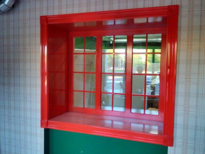 окно красное