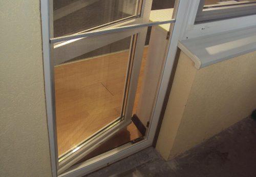 Как закрепить москитную сетку на дверь