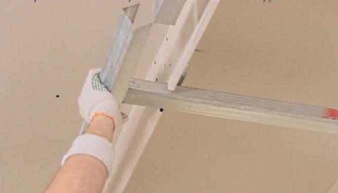 """На выступающий потолочный профиль """"одевается"""" профиль равный высоте конструкции. Формируется ниша для Лед-ленты"""
