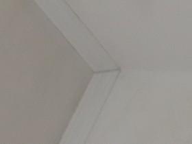 Потолочный плинтус клеить до обоев или после