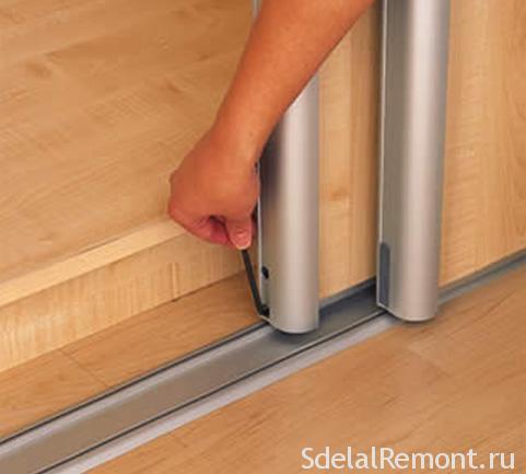 Как убрать щель между дверью и стеной шкаф купе фото
