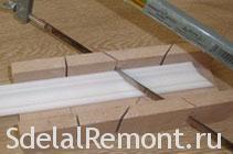 Как вырезать внешний угол потолочного плинтуса фото