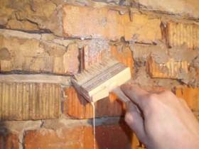 Грунтовка стен кистью в труднодоступных местах