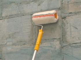 Грунтовка стен валиком под штукатурку