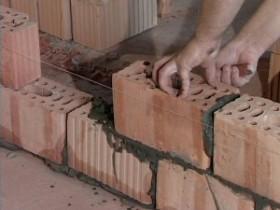 Dividing wall of hollow bricks