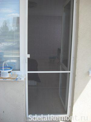 Установка москитной сетки на балконную дверь
