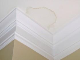 как убрать ржавые пятна с потолка