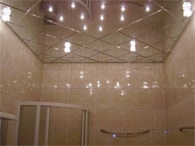 Mirrored ceiling in the bathroom